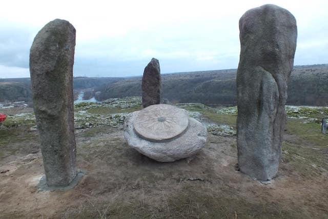 Свежие новости: Неизвестные ночью разрушили древние менгиры в Южноукраинске